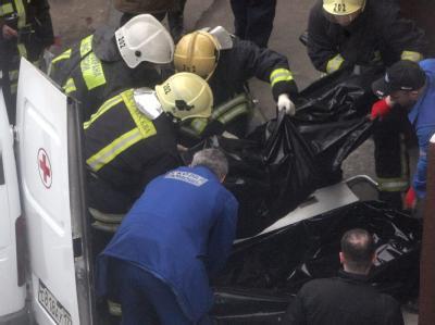 Rettungskräfte bergen die Opfer der Selbstmordanschläge.