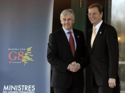 Bundesaußenminister Guido Westerwelle und sein kanadischer Amtskollege Lawrence Cannon (l) posieren für die Fotografen.