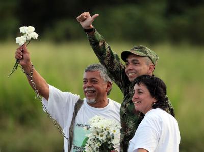 Der Kolumbianer Pablo Emilio Moncayo zusammen mit seinen Eltern. Linke Rebellen hatten Moncayo zwölf Jahre lang festgehalten.