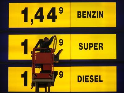 An einer Hamburger Tankstelle werden die Benzinpreise erhöht.