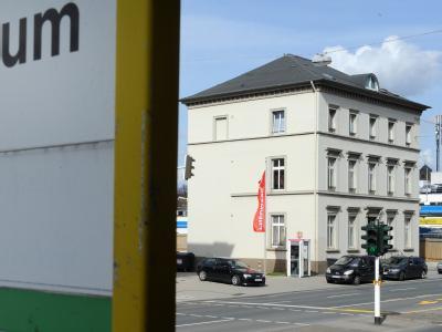 Gegenüber des Wuppertaler Polizeipräsidiums steht das Haus, in dem die beiden Frauenleichen gefunden wurden.