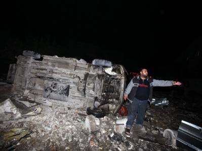Nach den israelischen Luftangriffen: Ein Palästinenser vor seinem zerstörten Lieferwagen.