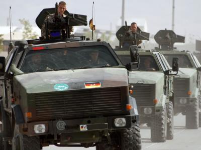 Soldaten der Bundeswehr sind mit Dingos im Feldlager in Kudus unterwegs (Archivbild).