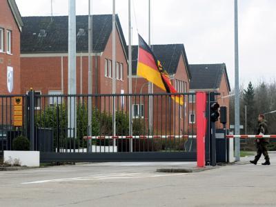Die Bundesdienstflagge am Haupttor der Fallschirmjäger-Kaserne in Seedorf (Kreis Rotenburg-Wümme) ist auf Halbmast geflaggt. Anlass hierfür ist der Tod von drei deutschen Soldaten während ihres Afghanistan-Einsatzes.
