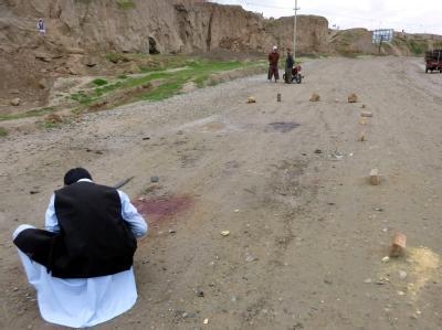 Anwohner betrachten den Ort, an dem Bundeswehrsoldaten versehentlich afghanische Sicherheitskräfte getötet haben.