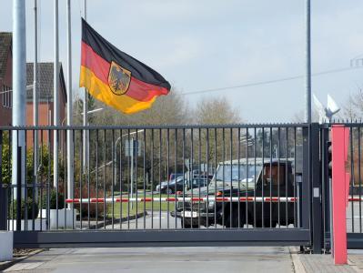 In der Fallschirmjäger-Kaserne in Seedorf ist auf Halbmast geflaggt.