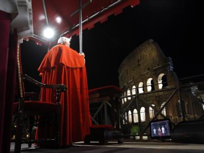 Papst Benedikt XVI. betet am Kolosseum in Rom zusammen mit Tausenden von Gläubigen den Kreuzweg.