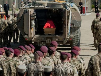 Der Sarg eines der gefallenen Bundeswehrsoldaten bei der Trauerfeier im Feldlager Kundus.
