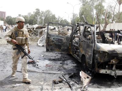 Ein irakischer Sicherheitsmann inspiziert den Ort vor der iranischen Botschaft, an dem eine Autobombe explodiert ist.