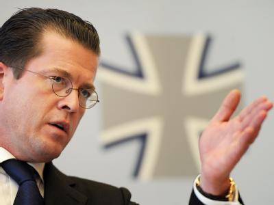 Bundesverteidigungsminister Karl-Theodor zu Guttenberg (CSU) spricht am Sonntag (04.04.2010) in Bonn über die Situation nach den tödlichen Zwischenfällen in Afghanistan.