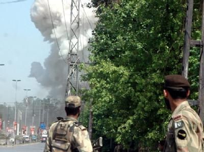 Bewaffnete Extremisten haben das US-Konsulat in der pakistanischen Metropole Peshawar angegriffen.