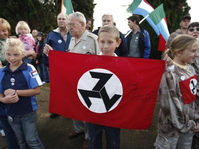 Anhänger der «Afrikaner Weerstandsbeweging» zeigen vor dem Gerichtsgebäude in Ventersdorp Flagge.