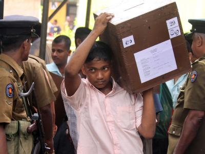 Knapp ein Jahr nach dem Ende des Bürgerkrieges in Sri Lanka wählen die Menschen dort ein neues Parlament.