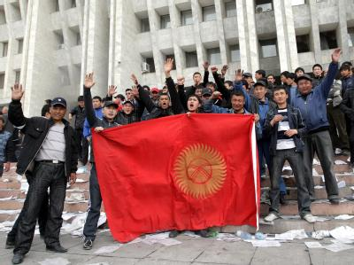 Protestler mit Nationalflagge