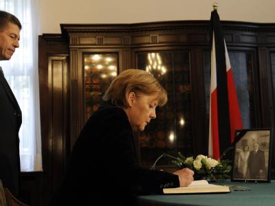 In der polnischen Botschaft in Berlin trägt Bundeskanzlerin Angela Merkel sich in ein Kondolenzbuch ein.