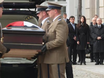 Sarg von Kaczynski am Pr�sidentenpalast eingetroffen