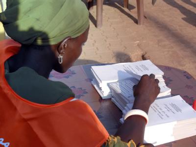 Eine Wahlhelferin in der Stadt Juba.