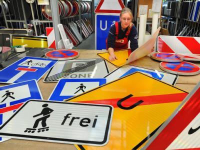 In den Schilderwerken Beutha in Sachsen wird an einem Auftrag für neue Verkehrsschilder gearbeitet.