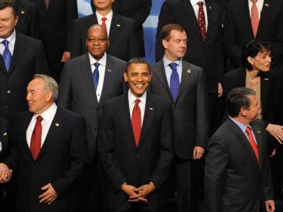 US-Präsident Obama inmitten seiner Gipfel-Gäste. Spaltbares Material soll künftig sicher gelagert und Strafen für Atomschmuggler verschärft werden.