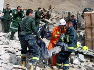 Rettungskräfte bergen Opfer des Bebens.