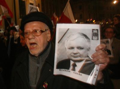 Ein Anhänger von Lech Kaczynski mit einem Bild des toten Präsidenten.