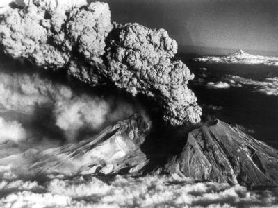 Eine riesige Wolke aus Gas und Staub erhebt sich 1980 nach der Eruption über dem Mount St. Helens.