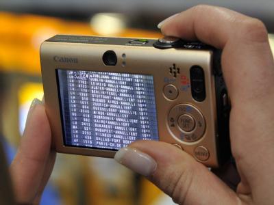 Eine gestrandete Passagierin  vertriebt sich die Wartezeit in Frankfurt, indem sie die Nicht-Abflugtafel fotografiert.