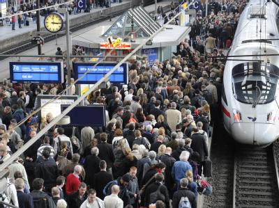 Reisende warten im Hauptbahnhof in Hamburg auf ihre Züge.