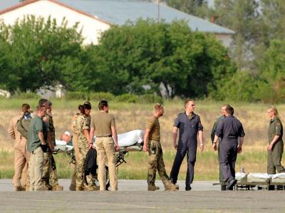 Bundeswehrsoldaten bringen in Termes im südlichen Usbekistan verwundete Kameraden zu einem Airbus der Bundeswehr.