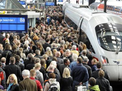 Reisende warten im Hauptbahnhof in Hamburg auf den Zug. Viele Fluggäste versuchten, auf die Bahn auszuweichen.