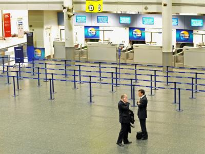 Fast menschenleer ist der Gatwick Airport in Großbritannien.
