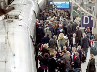 Reisende warten im Hauptbahnhof in Hamburg auf ihre Züge. Aufgrund der Vulkanaschewolke weichen viele Reisende auf die Bahn aus.