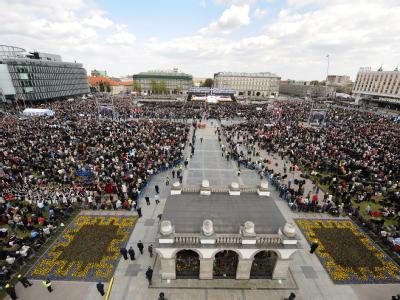 Hunderttausende Polen trauern auf dem Pilsudski-Platz in Warschau um die Absturzopfer.