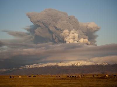Der Gletschervulkan aus Island stößt weiter Asche und Rauch aus.