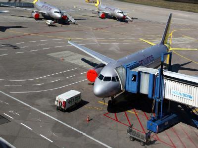 Geparkte Flugzeuge auf dem Vorfeld des Flughafens Köln/Bonn.