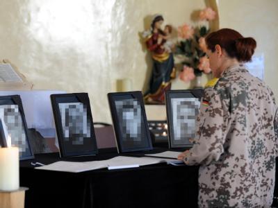 Soldaten tragen sich im Bundeswehr-Feldlager Masar-i-Scharif in Kondolenzbücher für ihre gefallenen Kameraden ein.