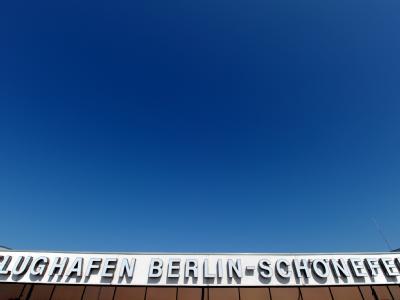 Blauer Himmel über dem Flughafen Berlin Schönefeld. Der Luftraum über Deutschland bleibt wegen der Aschewolke aber weiter gesperrt.