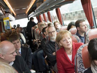 Bundeskanzlerin Angela Merkel unterhält auf dem Weg von Bozen nach Berlin mit Journalisten im Bus.
