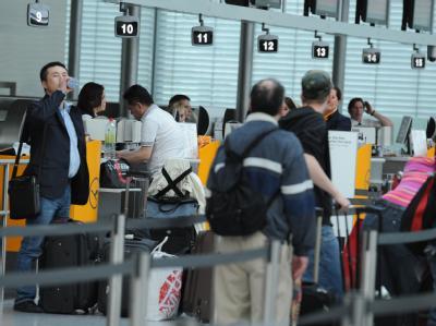 Fluggäste warten am Münchner Flughafen.