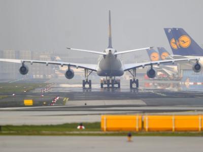 Eine Maschine der Lufthansa rollt am Flughafen Frankfurt am Main über das Vorfeld. Die Lufthansa plant für den Dienstag 140 Flüge.