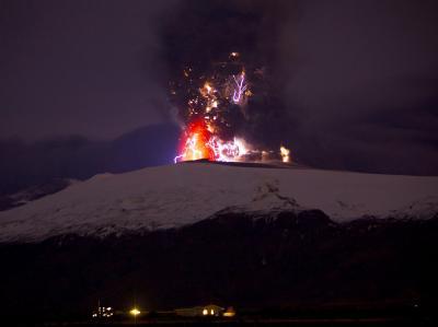 Der Vulkan Eyjafjallajökull ist weiter aktiv und verursacht neben Lavaströmen auch Wolken vulkansicher Asche.