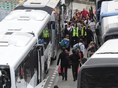 Flugpassagiere steigen auf Busse um