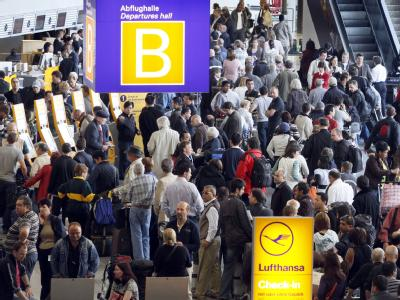 Hochbetrieb am Frankfurter Flughafen. Die Sperrung des deutschen Luftraums ist erneut verlängert worden.