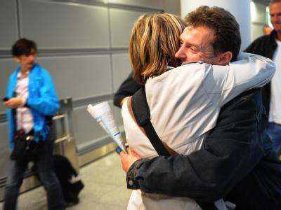 Ein Paar begrüßt sich am Flughafen in Düsseldorf.