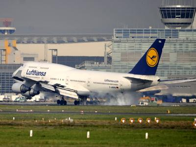 Eine Boeing 747 der Lufthansa landet auf dem Flughafen Frankfurt am Main.