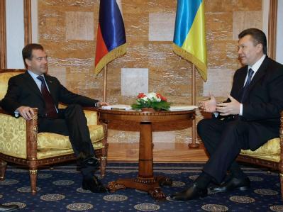 Kremlchef Dmitri Medwedew (l) hat bei einem Besuch in der Ukraine mit seinem Amtskollegen Viktor Janukowitsch niedrigere Gaspreise vereinbart.
