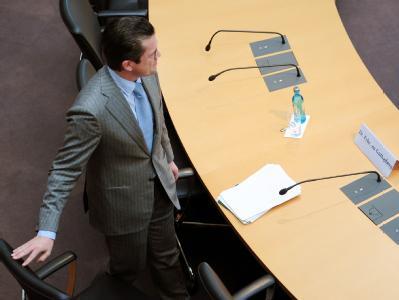 Bundesverteidigungsminister Karl-Theodor zu Guttenberg (CSU) nimmt im Kundus-Untersuchungsausschuss seinen Platz ein.