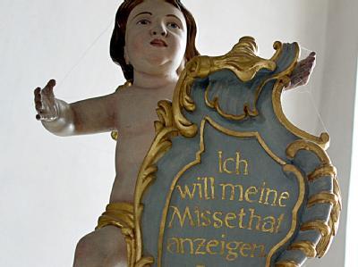 Eine Engelsfigur über einem Beichtstuhl in der Basilika Vierzehnheiligen in Bad Staffelstein: Der Missbrauchsskandal setzt die Bischöfe in Deutschland weiter unter Druck.