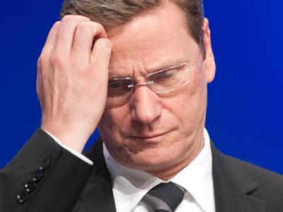 Zwischen den Stühlen: Der FDP-Vorsitzende Guido Westerwelle kratzt sich auf dem Bundesparteitag seiner Partei am Kopf.