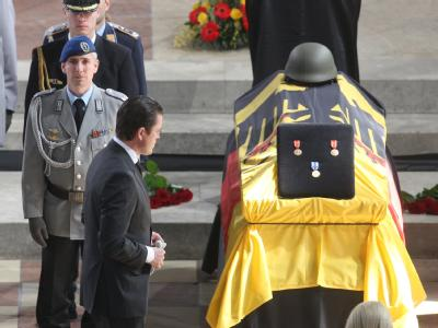 Bundesverteidigungsminister Guttenberg hat in Ingolstadt als einziger Vertreter der Bundesregierung eine Trauerrede gehalten.